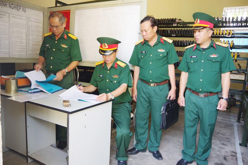 Đoàn công tác kiểm tra sổ sách Bộ Chỉ huy Quân sự tỉnh