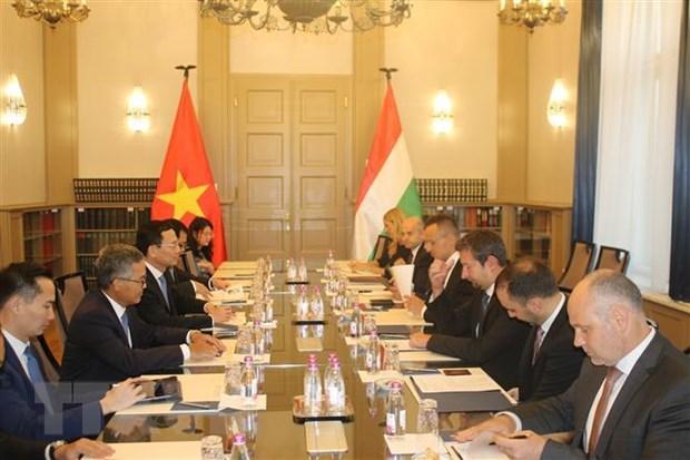 Bộ trưởng Nguyễn Mạnh Hùng làm việc với Bộ trưởng Ngoại giao và Thương mại Hungary Peter Szijjártó. (Ảnh: Công Thuận/TTXVN)