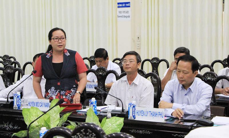 Bí thư huyện ủy Mỏ Cày Nam Nguyễn Thị Hồng Nhung phát biểu tại cuộc họp. Ảnh: H. Hiệp