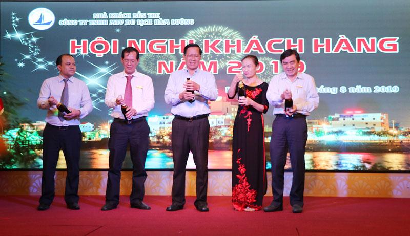 Lãnh đạo tỉnh và đại diện lãnh đạo hai đơn vị khui rượu mừng trong ngày công bố sáp nhập.