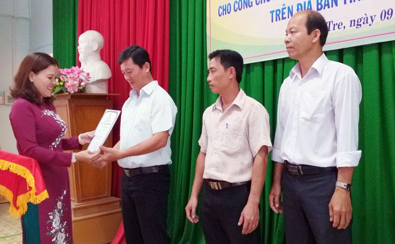 Bà Nguyễn Thị Ngọc Dung - Trưởng Phòng Quản lý du lịch, Sở Văn hóa, Thể thao và Du lịch trao giấy chứng nhận hoàn thành lớp bồi dưỡng cho đại diện các học viên.