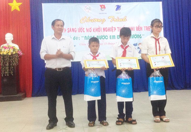 Đại diện nhà tài trợ trao quà cho các em có hoàn cảnh đặc biệt khó khăn vượt khó học giỏi