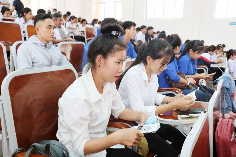 Sinh viên nghe diễn giả chia sẻ về khởi nghiệp.
