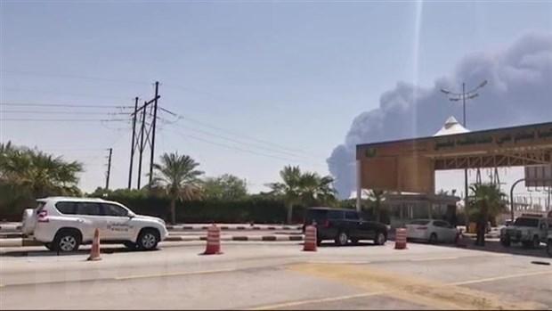 Khói bốc lên từ nhà máy lọc dầu của Aramco ở Abqaiq, Saudi Arabia, sau vụ tấn công ngày 14-9-2019. Nguồn: AFP/TTXVN