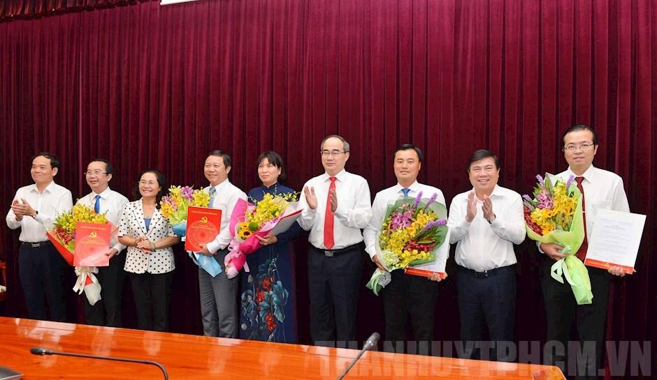 Lãnh đạo thành phố Hồ Chí Minh trao quyết định và chúc mừng các tân Ủy viên Ban Chấp hành Đảng bộ thành phố Hồ Chí Minh.