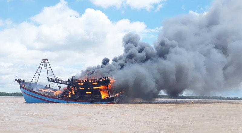 Tàu cá bị cháy