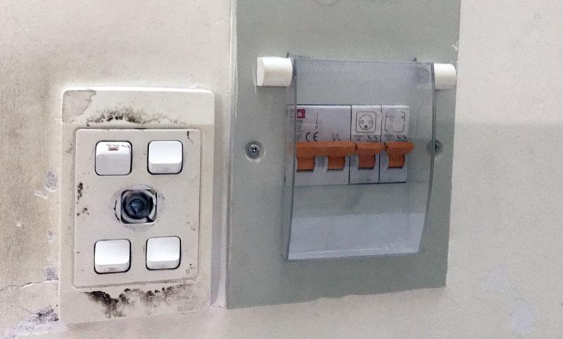 Cần thay thế các thiết bị điện đạt chuẩn để đảm bảo an toàn khi sử dụng. Ảnh: Thư Kỳ