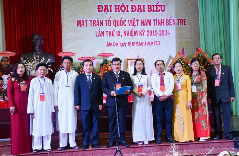 Đoàn đại biểu tỉnh dự Đại hội đại biểu toàn quốc MTTQ Việt Nam lần thứ IX, nhiệm kỳ 2019 - 2024 ra mắt và hạ quyết tâm tại đại hội tỉnh. ảnh: Hữu Hiệp