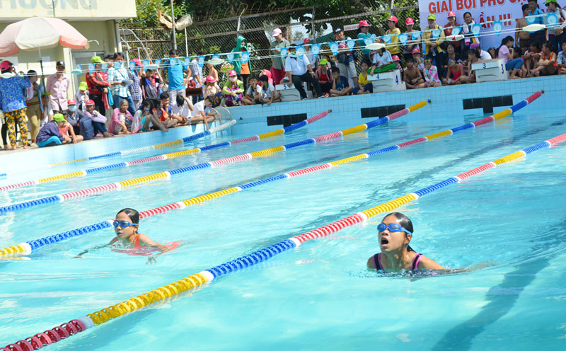 Các em đang thi đấu tại Giải bơi phổ cập