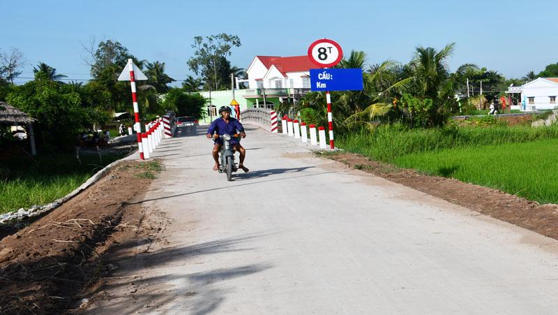 Đường nông thôn mới xã Phú Ngãi (Ba Tri).  Ảnh: H.Hiệp