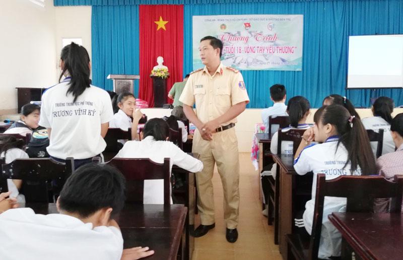 Học sinh được trả lời các câu hỏi của báo cáo viên đặt ra liên quan đến pháp luật.