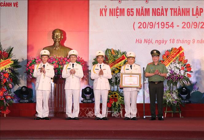Thứ trưởng Bộ Công an Nguyễn Văn Thành trao Bằng khen của Thủ tướng Chính phủ cho đại diện Trung đoàn 600. Ảnh: Dương Giang/TTXVN