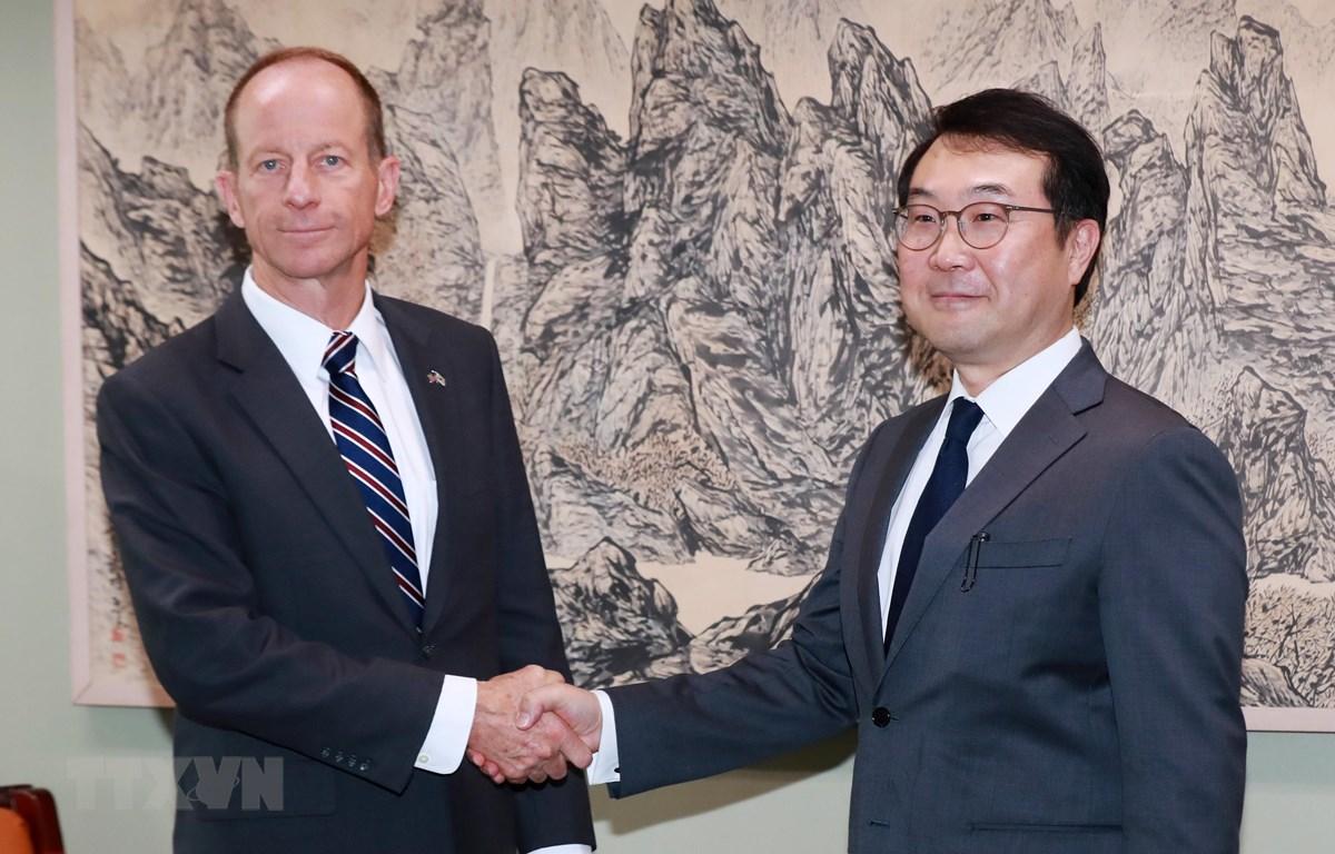 Trợ lý Ngoại trưởng Mỹ phụ trách khu vực Đông Á và Thái Bình Dương David Stilwell (trái). (Nguồn: Yonhap/TTXVN)