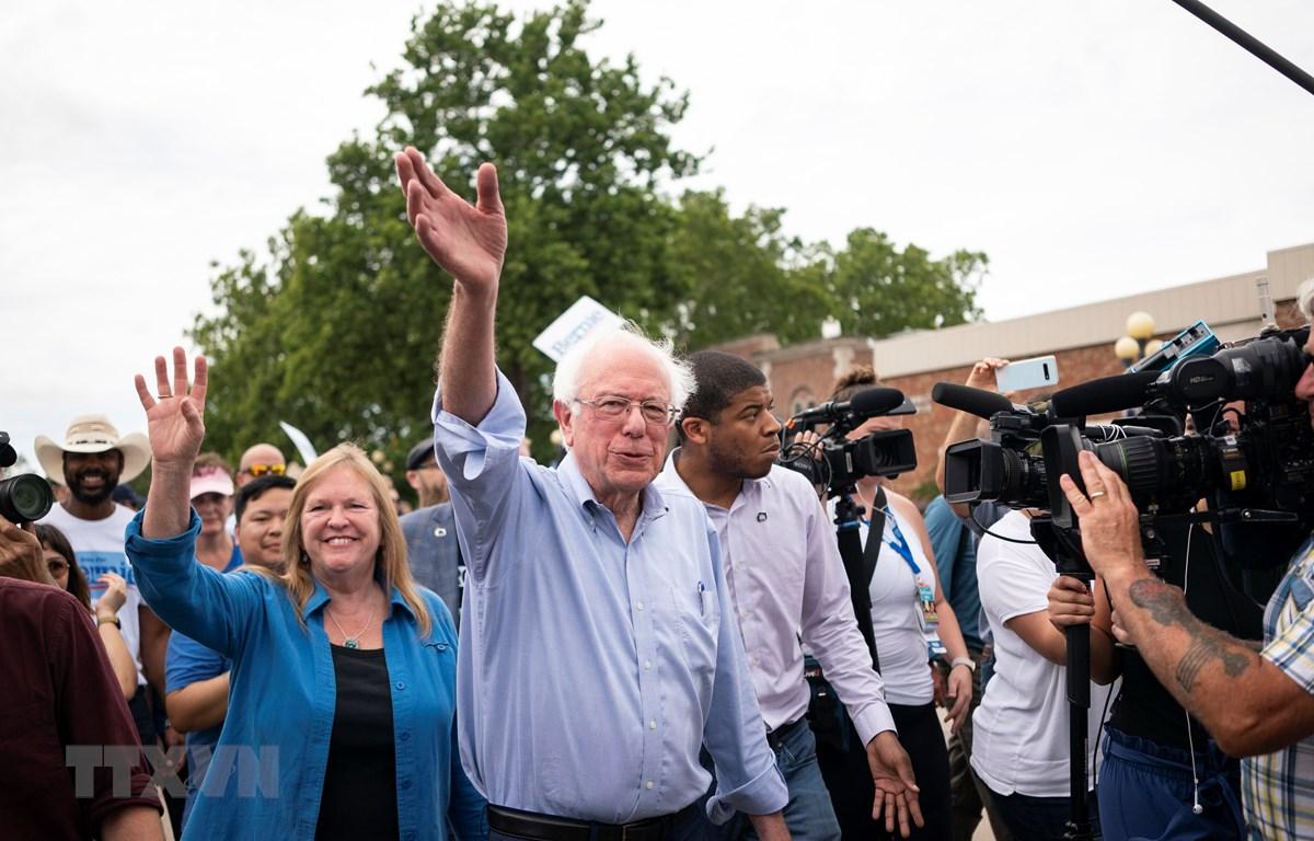 Ứng cử viên Bernie Sanders vẫy chào những người ủng hộ tại Des Moines, bang Iowa, Mỹ, ngày 11-8. (Ảnh: AFP/TTXVN)