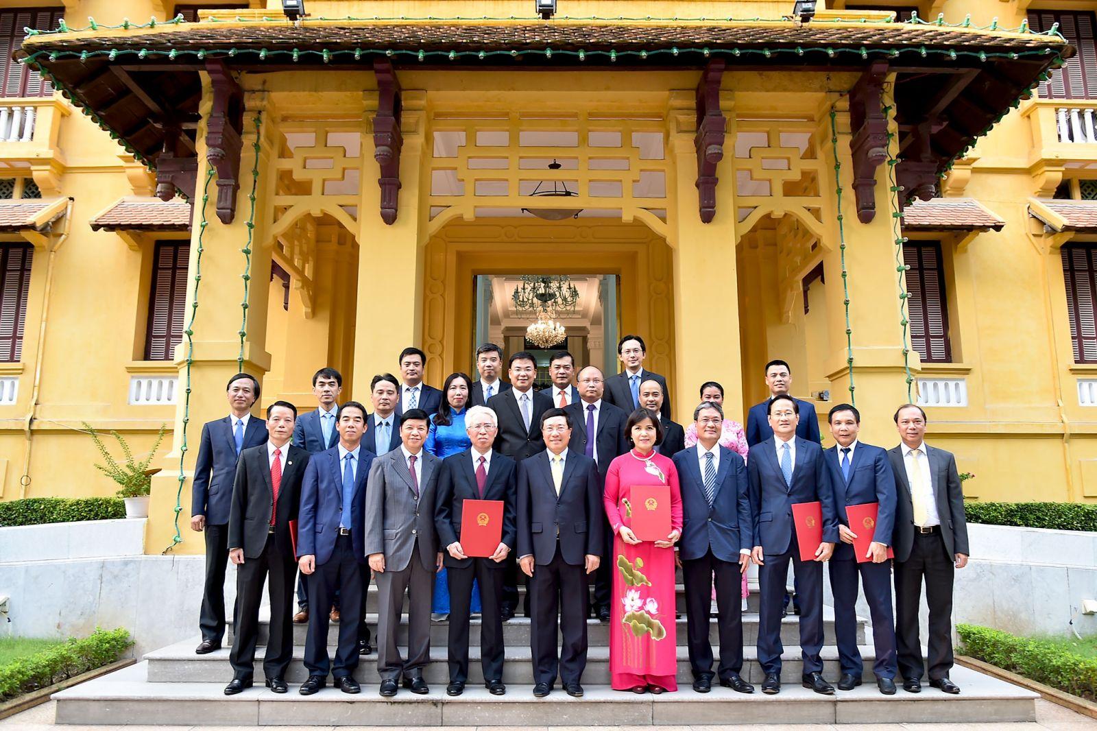 Phó thủ tướng, Bộ trưởng Ngoại giao Phạm Bình Minh, lãnh đạo Bộ Ngoại giao chụp ảnh lưu niệm cùng các tân Đại sứ. Ảnh: VGP