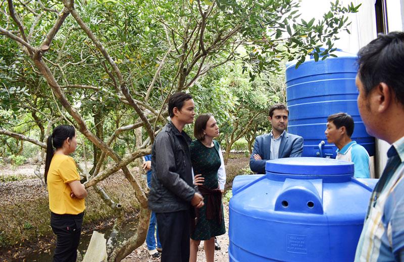 Bà Phó Đại sứ Vương quốc Bỉ (thứ 3 từ trái) thăm mô hình Lọc nước sinh học của nhóm STKN Bến Tre tại xã Tam Hiệp, Bình Đại tháng 1-2019. Ảnh: LT