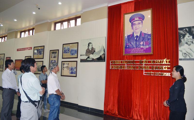 Các nhà văn, nhà thơ đến tham quan tại Khu lưu niệm Nữ tướng Nguyễn Thị Định, xã Lương Hòa, huyện Giồng Trôm.
