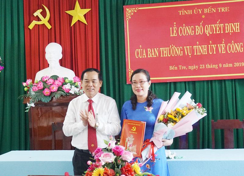 Phó bí thư Thường trực Tỉnh ủy Trần Ngọc Tam trao Quyết định và hoa chúc mừng cho đồng chí Nguyễn Trúc Hạnh.