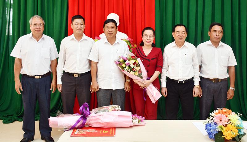Phó bí thư Thường trực Tỉnh ủy Trần Ngọc Tam trao Quyết định luân chuyển đồng chí Nguyễn Trúc Hạnh - Hiệu trưởng Trường Chính trị.