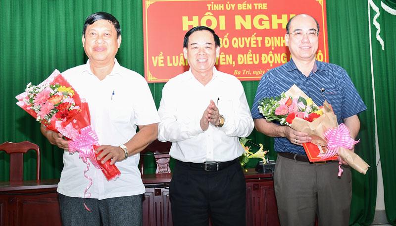Phó Bí Thư Thường trực Tỉnh ủy Trần Ngọc Tam trao quyết định tại Ba Tri.