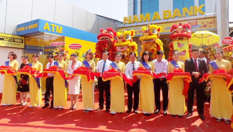 Cắt băng khánh thành điểm giao dịch Ngân hàng Nam Á tại huyện Thạnh Phú.