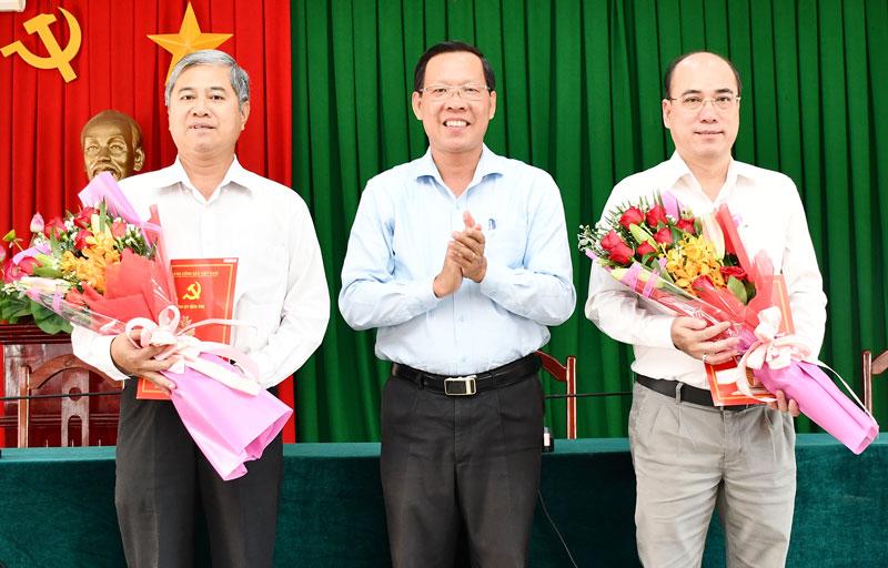 Bí thư Tỉnh ủy Phan Văn Mãi trao quyết định của Ban Thường vụ Tỉnh ủy cho hai đồng chí Nguyễn Văn Đức và Nguyễn Văn Tuấn.  Ảnh: H. Hiệp
