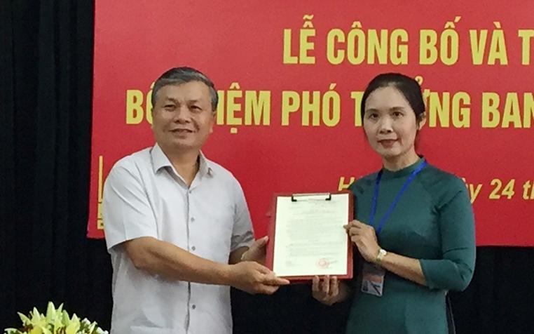 Thứ trưởng Nguyễn Trọng Thừa trao quyết định và chúc mừng đồng chí Trần Thị Minh Nga