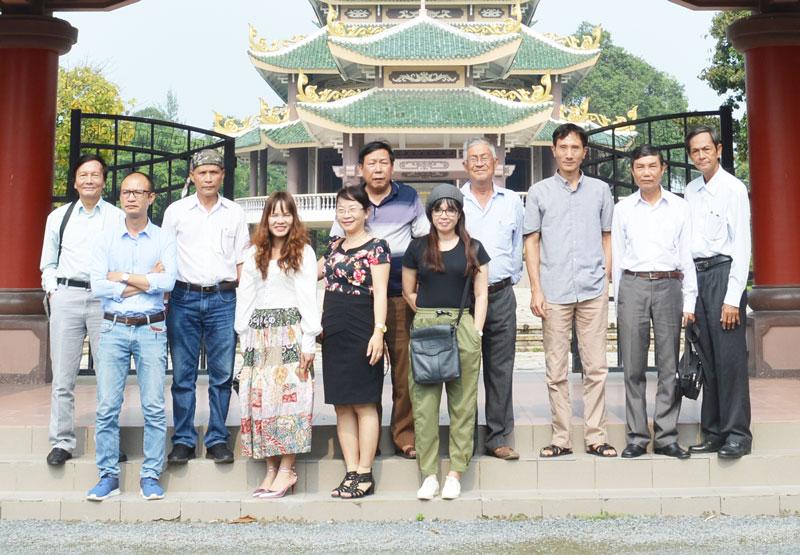 Đoàn nhà văn đến tham quan Di tích mộ và khu lưu niệm Nguyễn Đình Chiểu.