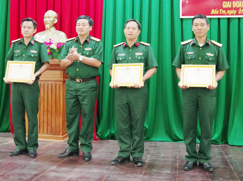"""Trung tá Nguyễn Văn Hải (bìa phải) được Bộ CHQS tỉnh khen thưởng tại Hội nghị tổng kết phong trào thi đua """"LLVT tỉnh Bến Tre chung sức xây dựng NTM"""" giai đoạn 2010 - 2020."""