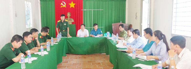 Đoàn kiểm tra phát biểu tại buổi họp hội đồng NVQS xã