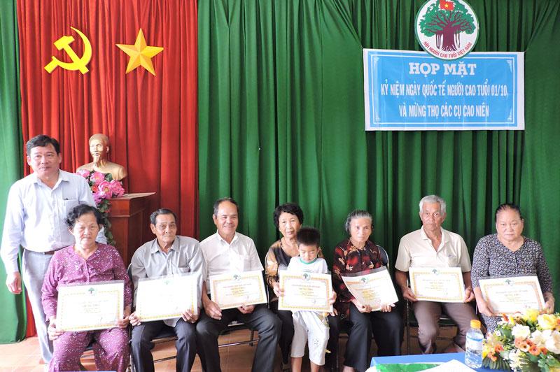 Lãnh đạo xã Tân Phú trao quà mừng thọ cho các cụ tròn 80 tuổi.