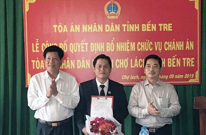 Trao quyết định bổ nhiệm và tặng hoa cho ông Nguyễn Chí Đức. Ảnh: Thanh Tòng