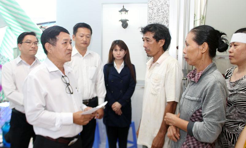 Đại diện Công ty Điện lực Bến Tre chia buồn, thăm hỏi ga đình ông Ngô Hoàng Kiệt.