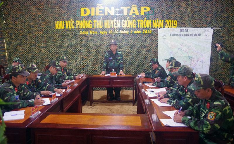 Họp Ban CHQS huyện báo cáo tình hình tại sở chỉ huy căn cứ chiến đấu. Ảnh: Đặng Thạch