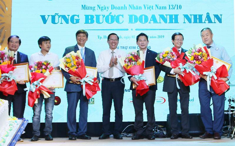 Bí thư Tỉnh ủy Phan Văn Mãi trao Bằng khen cho các doanh nhân Bến Tre tại TP. Hồ Chí Minh.