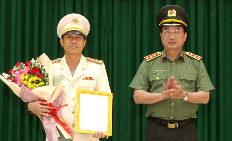 Thượng tướng Nguyễn Văn Thành - Thứ trưởng Bộ Công an  trao quyết định bổ nhiệm cho Đại tá Võ Hùng Minh.