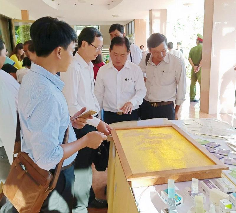 Trưng bày tranh hoa sen từ giấy dừa của Huỳnh Văn Cường tại Hội trường Tỉnh ủy. (Ảnh: Nhân vật cung cấp)