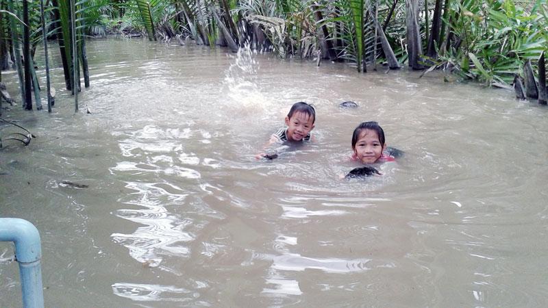 Trẻ em đi tắm sông, bơi lội hay đùa nghịch nước đều luôn phải có người trông coi. Ảnh: H.Đức