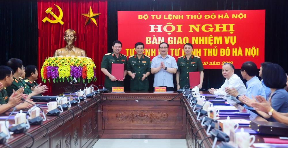 Bí thư Thành ủy Hoàng Trung Hải và Thượng tướng Phan Văn Giang chúc mừng hai đồng chí Nguyễn Hồng Thái và Nguyễn Quốc Duyệt.