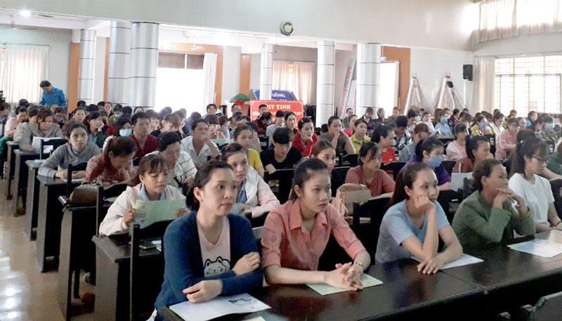 Công nhân lao động Công ty TNHH MTV JY VINA (Giồng Trôm) tham gia lớp tuyên truyền.