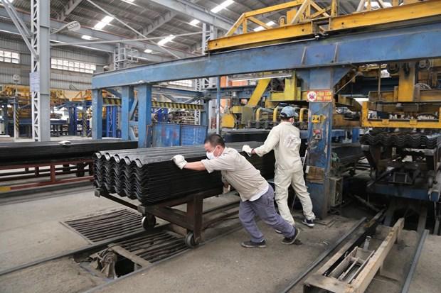 Công nhân nhà máy sản xuất tấm lợp đang trong ca làm việc. Ảnh: CTV