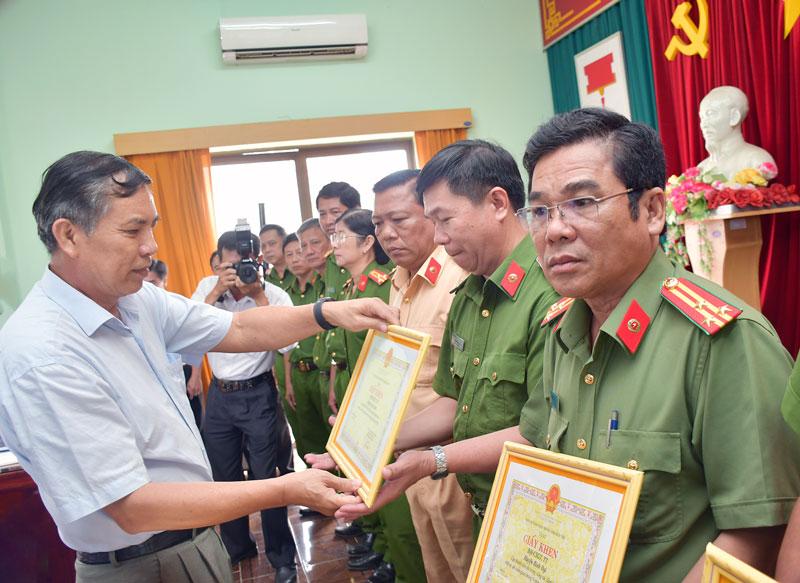 Chủ tịch UBND tỉnh Cao Văn Trọng trao giấy khen cho các tập thể tiêu biểu.