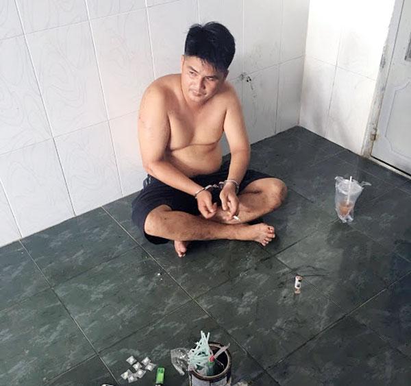 Lực lượng công an bắt quả tang đối tượng tàng trữ trái phép ma túy.