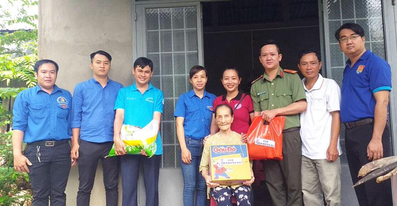 Chị Lê Thị Thúy Huyền (thứ 4, từ trái sang) cùng đoàn viên, thanh niên xã Châu Bình tặng quà cho gia đình chính sách.