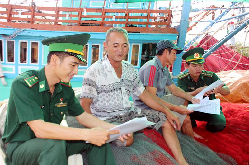 Bộ đội Đồn Biên phòng Hàm Luông tuyên truyền pháp luật về biển, đảo cho ngư dân.