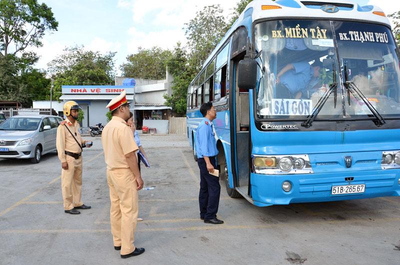 Kiểm tra an toàn xe khách tại Bến xe Thạnh Phú.