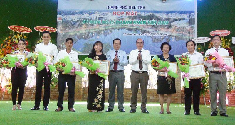 Bí thư Thành ủy Nguyễn Văn Tuấn, Chủ tịch UBND thành phố Bùi Minh Tuấn trao giấy khen cho các tập thể. Ảnh: Phương Thảo