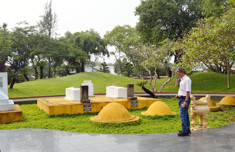Khách đến tham quan và viếng mộ cụ Nguyễn Đình Chiểu. Ảnh: Ánh Nguyệt