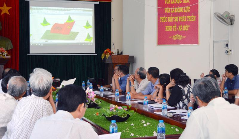 Các đại biểu xem Bản phát thảo Bia lưu niệm nơi thành lập chi bộ Đảng đầu tiên tại huyện Thạnh Phú.