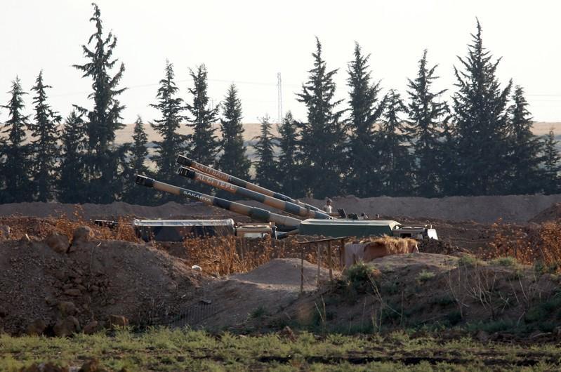 Vũ khí của Thổ Nhĩ Kỳ được triển khai ở khu vực biên giới Syria – Thổ Nhĩ Kỳ ngày 7-10-2019. Ảnh: Reuters